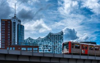 S-Bahn vor Elbphilharmonie Hamburg