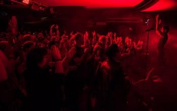 tanzendes und applaudierendes Publikum vor einer Konzertbühne