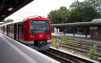 S-Bahn hält an einer Station