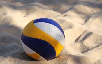 Nahaufnahme eines Volleyballs, der im Sand liegt