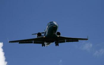 ein Flugzeug im Landeanflug vor blauem Himmel