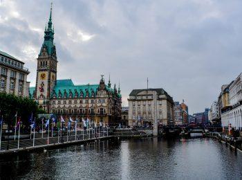 Teilansicht des Hamburger Rathauses, davor die Binnenalster